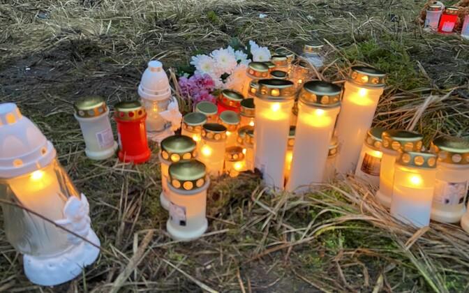 Свечи на месте трагического ДТП на Сааремаа, в результате которого погибли три человека.