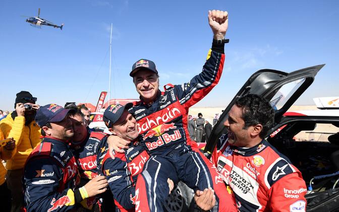 Carlos Sainz võidu üle rõõmustamas.