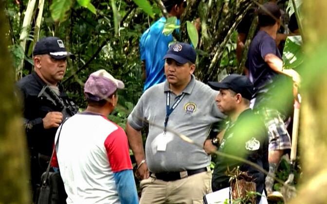 Panama võimuesindajad massihaua juures.