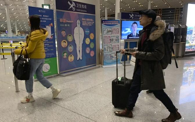 Reisijad Pekingi lennujaamas.