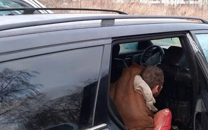 Бездомный облюбовал брошенный автомобиль.