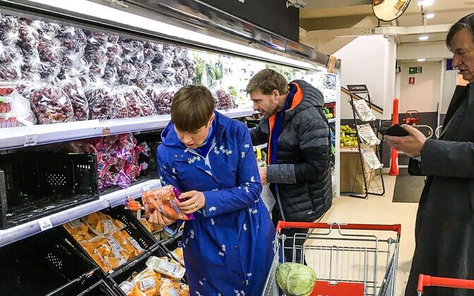 Kersti Kaljulaid supermarketis sisseoste tegemas.