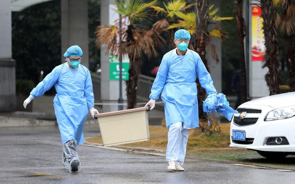 Медицинские работники в китайском городе Ухань.