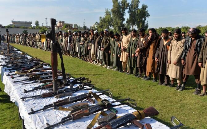 Allaandnud islamiriigi võitlejad äraantud relvadega Afganistanis.