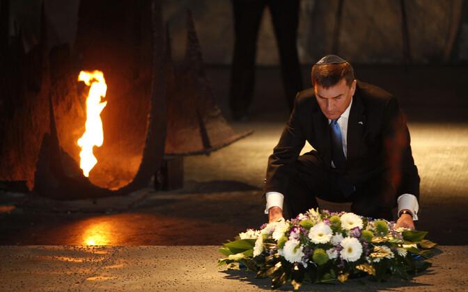 Премьер-министр Андрус Ансип возложил венок к мемориалу Яд Вашем в декабре 2012 года.