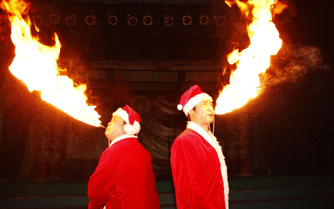 Tulesülgajad Sichuani ooperi etendusel Suiningis, Hiinas.