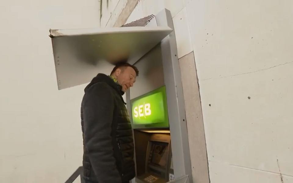 Hannes Hermaküla Paide pangaautomaadi juures.