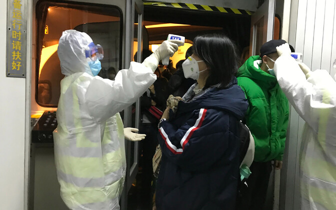 Pekingi lennujaamas kontrollitakse Wuhanist saabuvate reisijate palavikku.