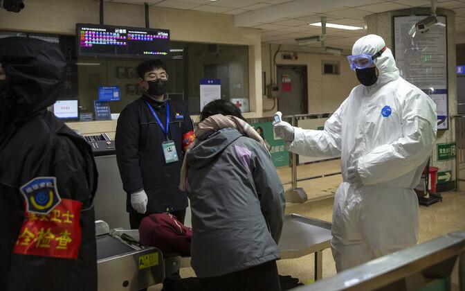 Проверка пассажиров в метро города Ухань.