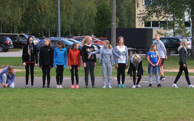 Kehalise kasvatuse tund Tartu Variku koolis.