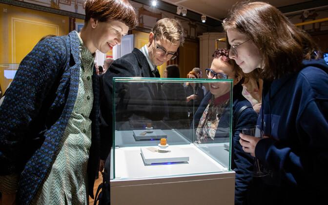 Muuseumikülastajad tutvumas hõljuva liivateraga.