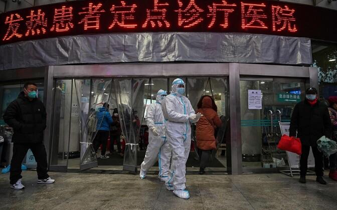 Meditsiinitöötajad ajutise haigla ees Wuhanis.