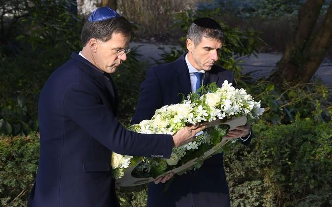 Hollandi peaminister Mark Rutte (V) ning tervise-, sotsiaal- ja spordiminister Paul Blokhuis asetasid pärja holokaustiohvrite mälestuseks.