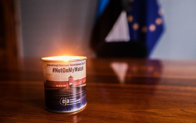 A candle to remember the holocaust in the president's office.