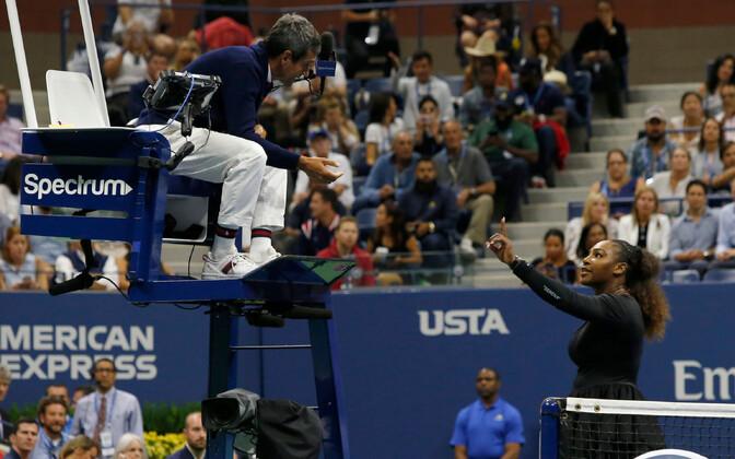 Serena Williams 2018. aasta US Openi finaalis pukikohtuniku Carlos Ramosega vaidlemas, et treener ei juhendanud teda tribüünilt.