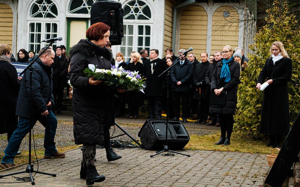 Майлис Репс на церемонии поминовения на кладбище Рахумяэ.