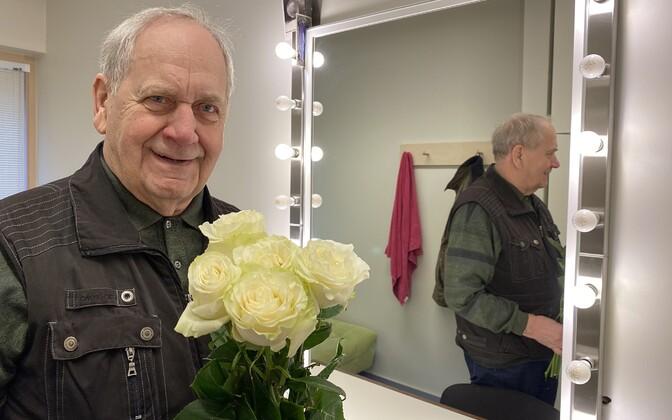 Peeter Jürgens teisipäeva hommikul pärast seda, kui Ugala teatri kollektiiv oli vanameistrit õnnitlenud riikliku tunnustuse puhul.