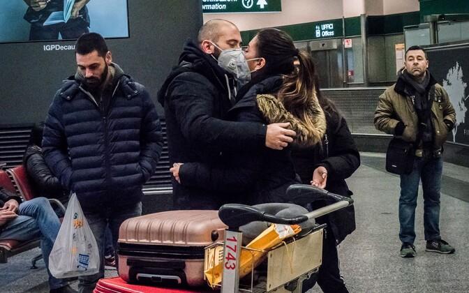 Hiinast saabunud reisijad Itaalias Malpensa lennujaamas.