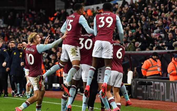 Aston Villa mängijad võiduväravat tähistamas