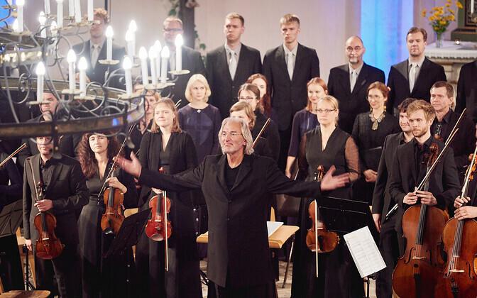 Eesti filharmoonia kammerkoor ja Tallinna kammerorkester Tõnu Kaljuste juhtimisel.