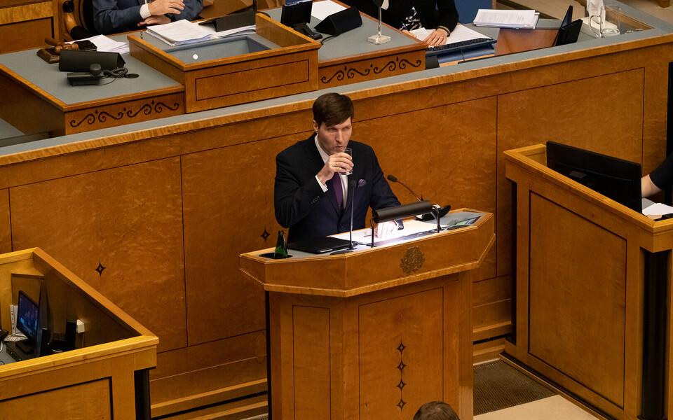 Министр финансов Мартин Хельме в зале Рийгикогу.