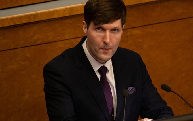 Rahandusminister Martin Helme riigikogus pensionireformi kaitsmas.