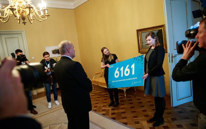 Активисты передали петицию спикеру Рийгикогу..