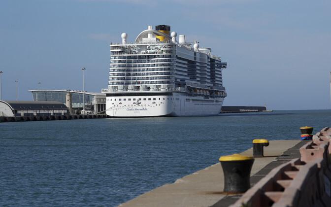 Круизный лайнер Costa Smeralda 30 января в порту Чивитавеккья.