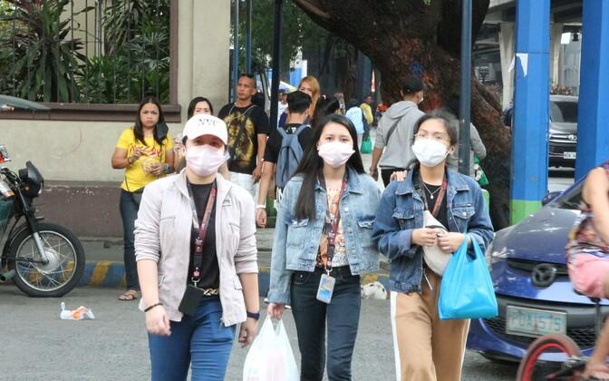 Näomaskidega inimesed Manilas.