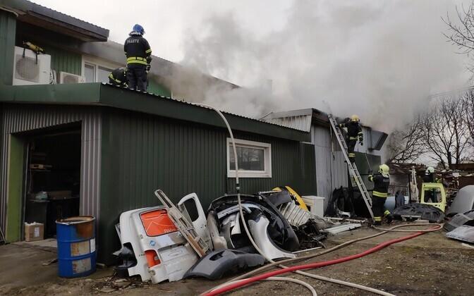 Пожар в автомастерской в Ласнамяэ.