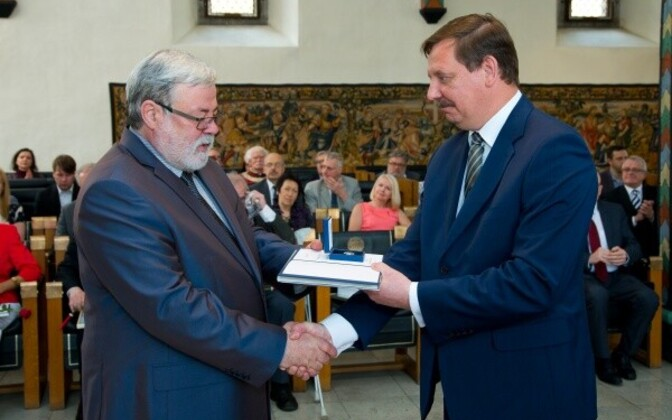Яак Таэвас (слева) в 2016 году получил знак за заслуги перед Таллинном.