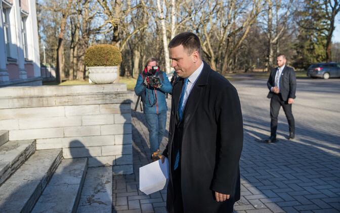 Jüri Ratas Kadrioru lossi ees.