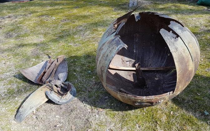 Kullamaa kiriku torni katkine muna, mis tuleb asendada.