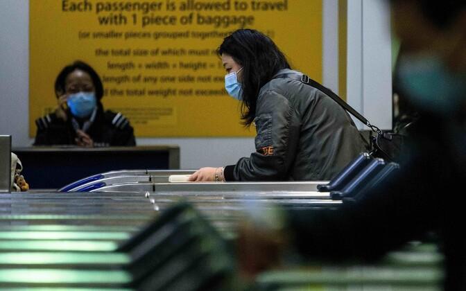 Shenzhenist Hong Kongi saabuv reisija enne metrooliini sulgemist.