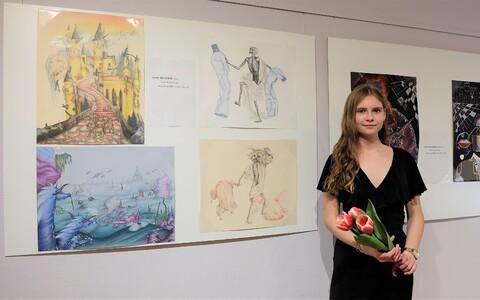 Ilon Wiklandi nimelise noore kunstniku preemia laureaat Jane Mustrik oma tööde juures.