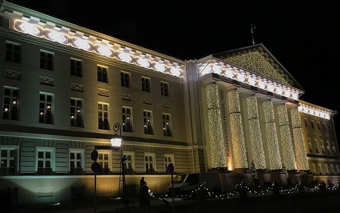 University of Tartu's main building at night.