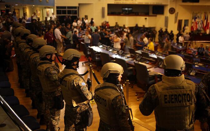 El Salvadori sõjaväelased parlamendihoones.