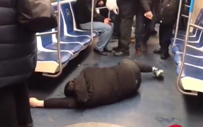 Nakatunut teeselnud mees Moskva metroorongis maas.