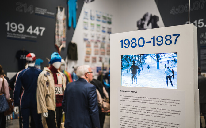 """Juubelinäitus """"Tartu Maraton 60"""" tõi suusatalve näitusesaali."""