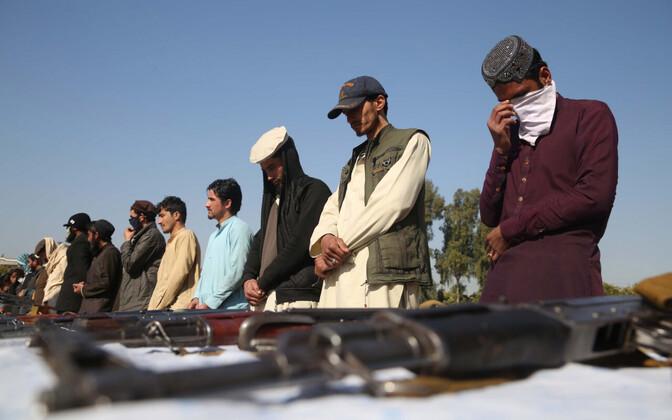 Talibani võitlejad Jalalabadis, kes oma relvad on ära andnud.