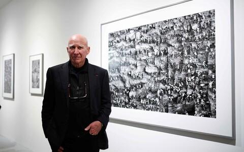 Sebastiao Salgado oma töö ees Bene Tascheni galeriis Kölnis, Saksamaal.