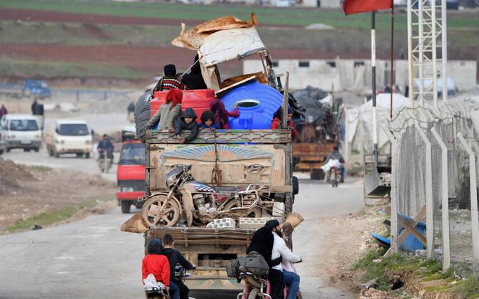 Süüria valitsusvägede pealetungi eest põgenevad inimesed Türgi piiri lähistel.