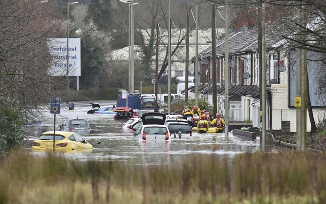 В Уэльсе впервые объявлен красный уровень опасности из-за наводнений.