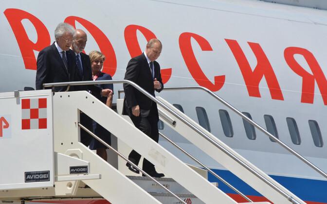 Vene president Vladimir Putin väljumas oma lennukist.