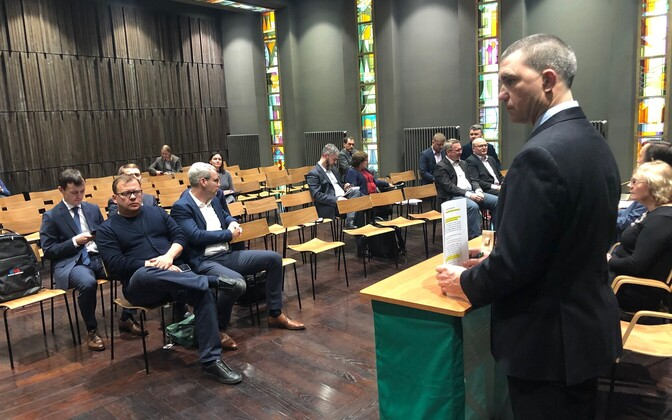 Public auction of the Tootsi wind farm property: left side Kristjan Rahu, Utilitas, right front two Eesti Energia board members.