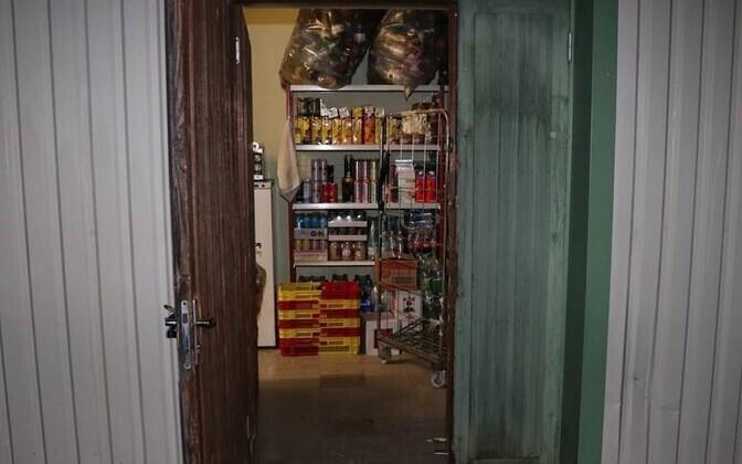 Взломанная дверь в магазине.