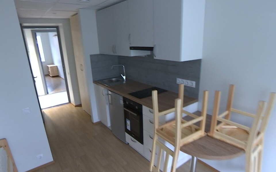 В Таллинне открыли социальный дом, где бывшим бездомным будут помогать вернуться к обычной жизни.