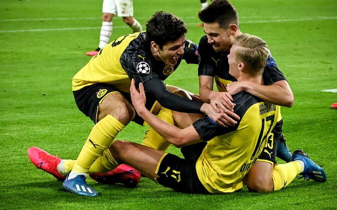 Erling Haaland ja tema Dortmundi Borussia meeskonnakaaslased väravat tähistamas