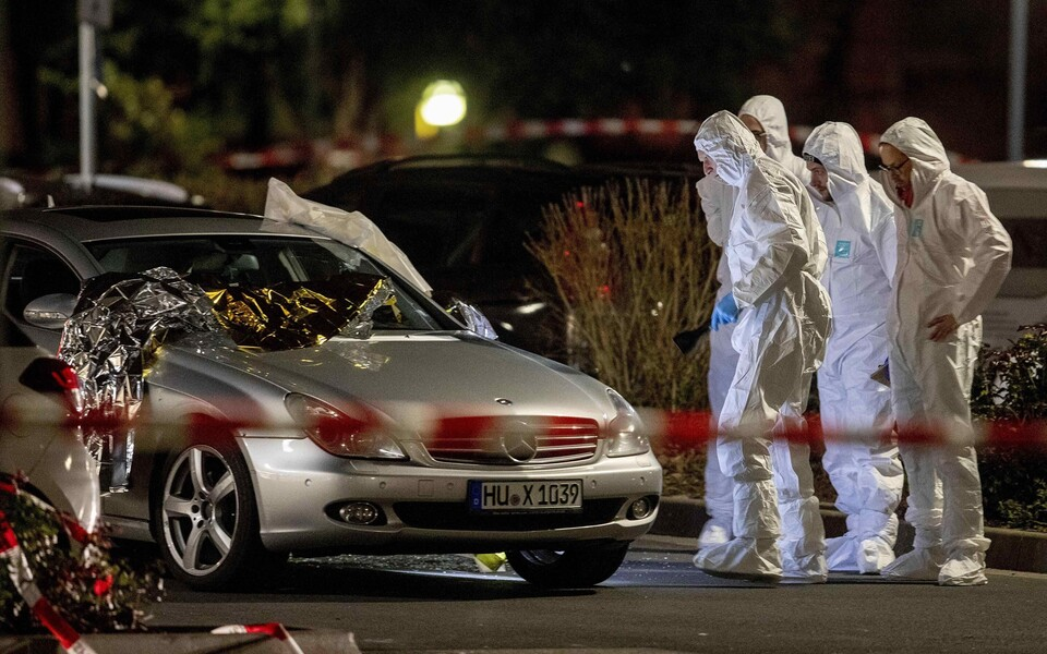 Полицейские собирают улики на месте происшествия.