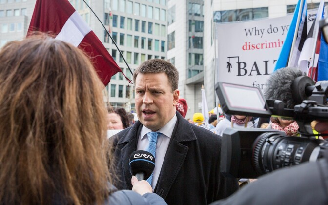 Prime Minister Jüri Ratas (Center) meets picketing Estonian, Latvian and Lithuanian farmers, outside the European Council building in Brussels.